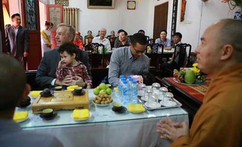 Đại sứ Mỹ đội mưa lên chùa làm lễ Vu Lan - 4