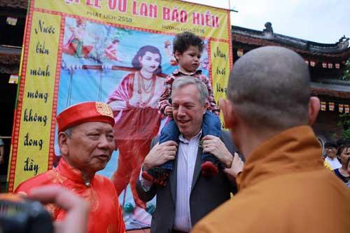 Đại sứ Mỹ đội mưa lên chùa làm lễ Vu Lan - 10
