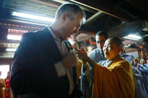 Đại sứ Mỹ đội mưa lên chùa làm lễ Vu Lan - 9