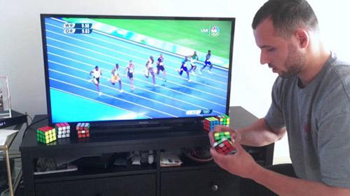 Phi thường: Xếp rubik nhanh hơn Usain Bolt chạy 100m - 1