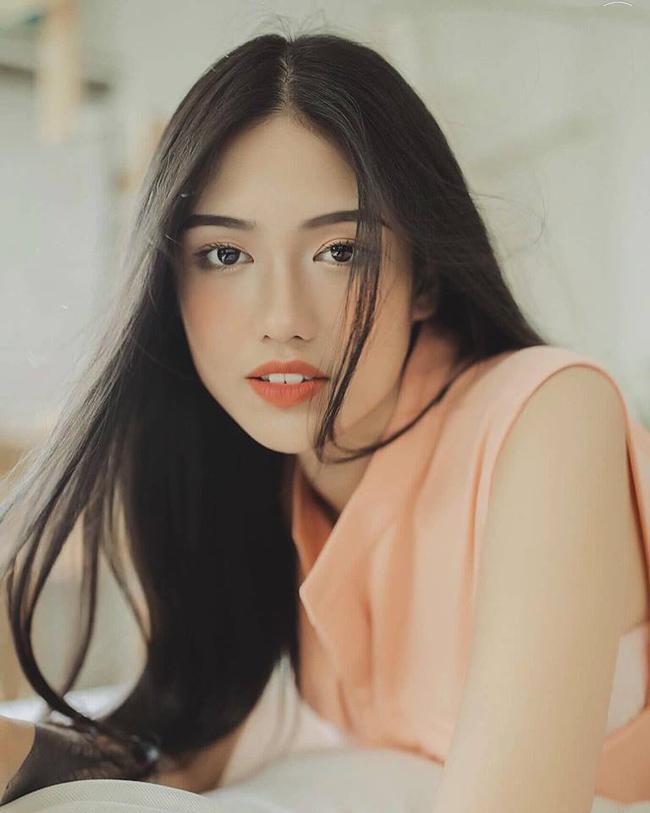 Phạm Ý Nhi (nick name Zen Phạm, sinh năm 1994) là hot girl nổi tiếng Sài thành.