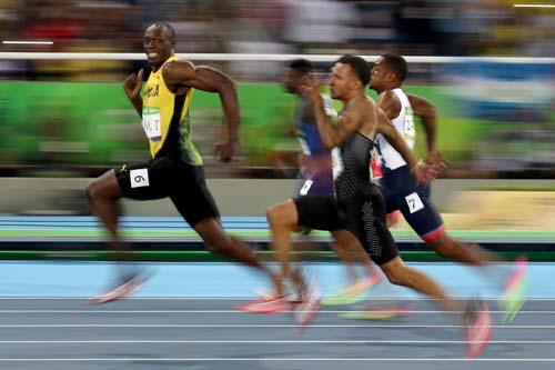 Chạy 200m, Bolt nhởn nhơ chờ đối thủ theo kịp - 4