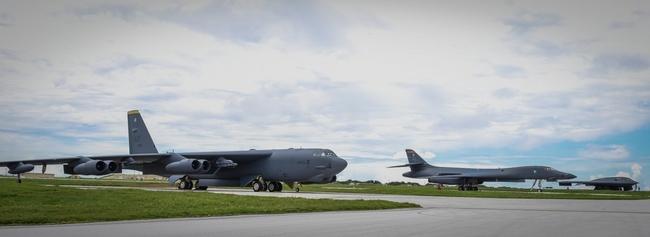 3 máy bay ném bom hạt nhân Mỹ bay lượn ở Biển Đông - 2