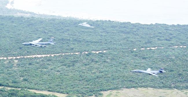 3 máy bay ném bom hạt nhân Mỹ bay lượn ở Biển Đông - 1