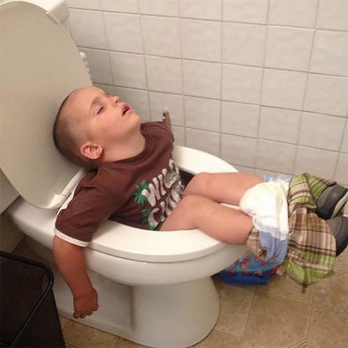 """""""Té ghế"""" với các em nhỏ bạ đâu """"khò"""" đấy! - 1"""