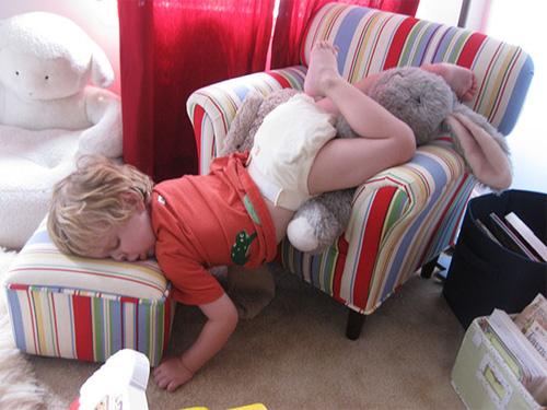 """""""Té ghế"""" với các em nhỏ bạ đâu """"khò"""" đấy! - 8"""