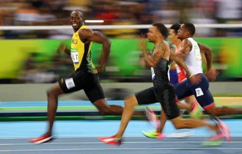 """Bái phục Usain Bolt: Chạy như đùa vẫn """"vô đối"""" - 1"""