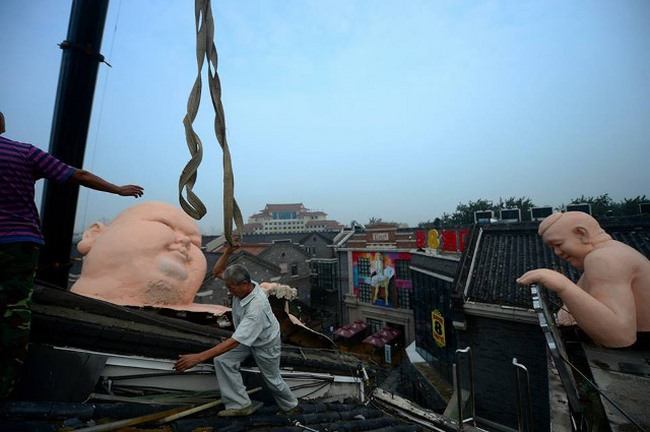 Tượng đàn ông khỏa thân khổng lồ ở TQ bị buộc phá dỡ - 2