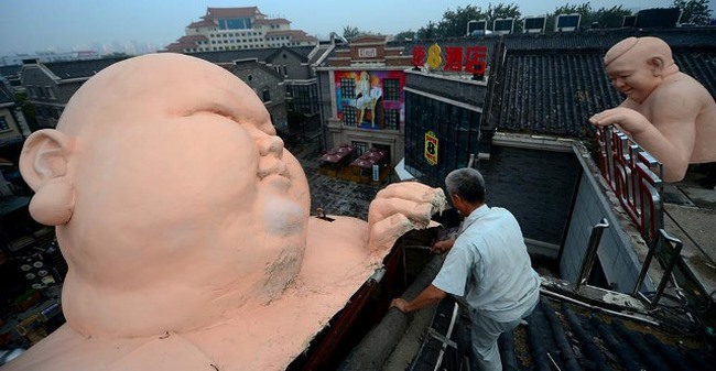 Tượng đàn ông khỏa thân khổng lồ ở TQ bị buộc phá dỡ - 1