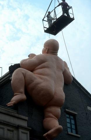 Tượng đàn ông khỏa thân khổng lồ ở TQ bị buộc phá dỡ - 4