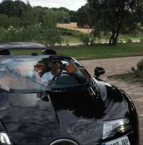 Ronaldo khoe clip lái siêu xe 50 tỷ VNĐ - 2