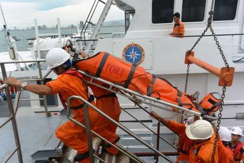Vượt gió cấp 9 cứu ngư dân liệt nửa người trên biển - 1