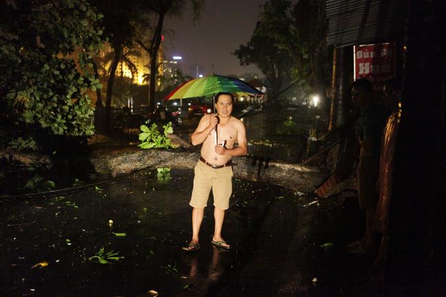 Hà Nội: Mưa dữ dội, ngập lụt, cây đổ vì bão Thần Sét - 1