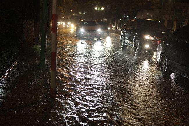 Hà Nội: Mưa dữ dội, ngập lụt, cây đổ vì bão Thần Sét - 10
