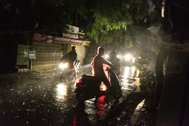 Hà Nội: Mưa dữ dội, ngập lụt, cây đổ vì bão Thần Sét - 6