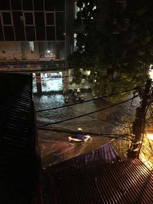 Hà Nội: Mưa dữ dội, ngập lụt, cây đổ vì bão Thần Sét - 20