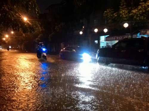 Hà Nội: Mưa dữ dội, ngập lụt, cây đổ vì bão Thần Sét - 21