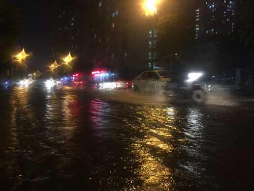 Hà Nội: Mưa dữ dội, ngập lụt, cây đổ vì bão Thần Sét - 23