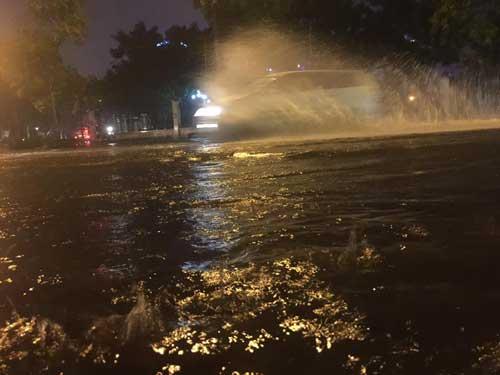 Hà Nội: Mưa dữ dội, ngập lụt, cây đổ vì bão Thần Sét - 22