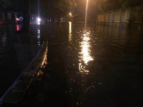 Hà Nội: Mưa dữ dội, ngập lụt, cây đổ vì bão Thần Sét - 16