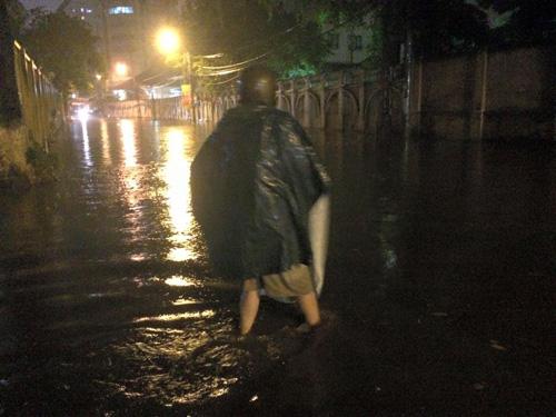 Hà Nội: Mưa dữ dội, ngập lụt, cây đổ vì bão Thần Sét - 15