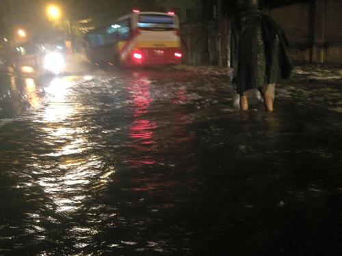 Hà Nội: Mưa dữ dội, ngập lụt, cây đổ vì bão Thần Sét - 14