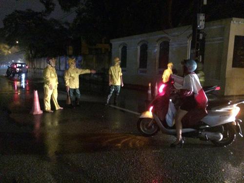 Hà Nội: Mưa dữ dội, ngập lụt, cây đổ vì bão Thần Sét - 17