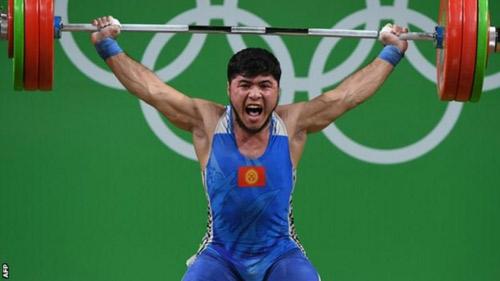 Tin mới Olympic: Nhà vô địch cử tạ bị tước huy chương - 1