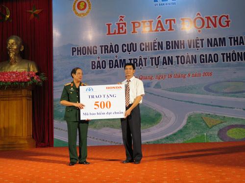 Honda VN trao tặng mũ bảo hiểm đạt chuẩn cho cựu chiến binh Tuyên Quang - 3