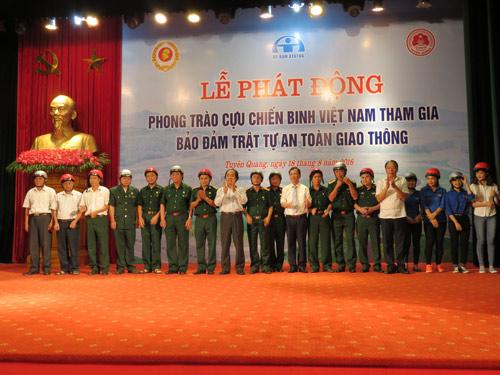 Honda VN trao tặng mũ bảo hiểm đạt chuẩn cho cựu chiến binh Tuyên Quang - 2