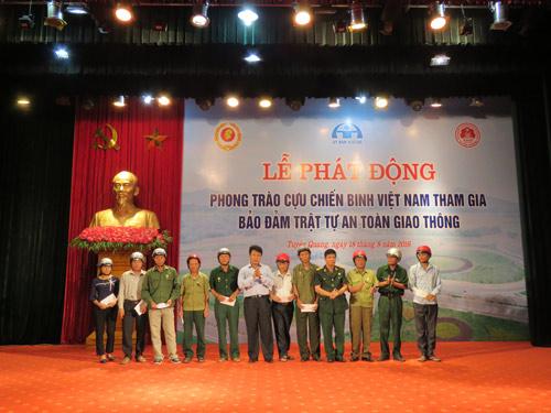 Honda VN trao tặng mũ bảo hiểm đạt chuẩn cho cựu chiến binh Tuyên Quang - 1