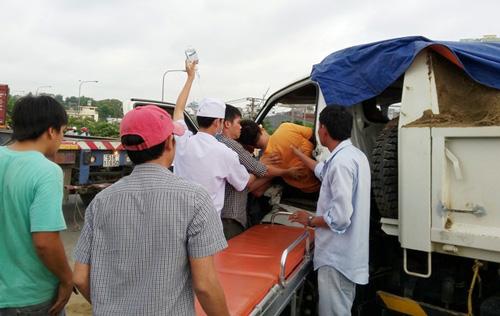 Huy động xe container cứu tài xế kẹt trong cabin bẹp dúm - 2