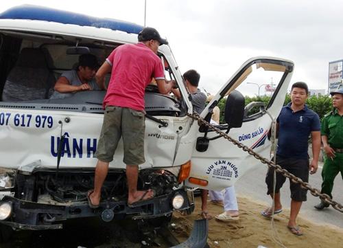 Huy động xe container cứu tài xế kẹt trong cabin bẹp dúm - 1