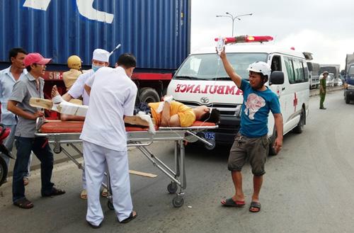 Huy động xe container cứu tài xế kẹt trong cabin bẹp dúm - 3