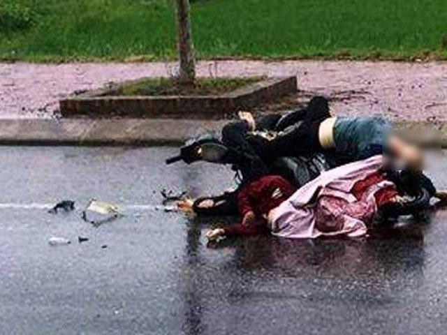 Phát hiện chiếc xe máy kẹt giữa thi thể 2 cô gái - 1