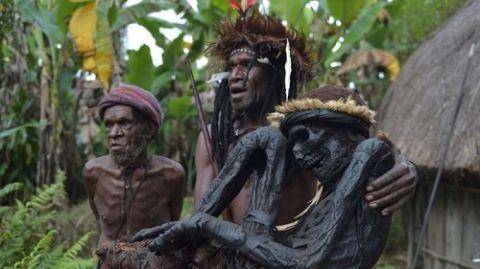 Bộ tộc kỳ quái sống trong rừng với tục ướp xác người - 1