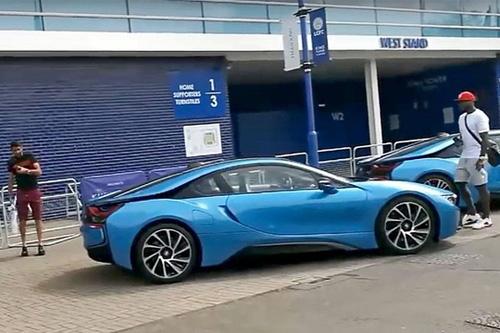 Ông chủ Leicester City thưởng 19 xe BMW i8 cho các cầu thủ - 7