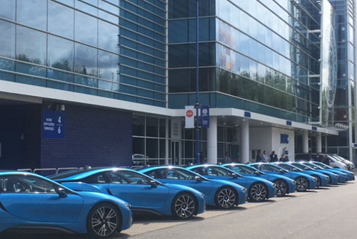 Ông chủ Leicester City thưởng 19 xe BMW i8 cho các cầu thủ - 1
