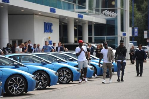 Ông chủ Leicester City thưởng 19 xe BMW i8 cho các cầu thủ - 2