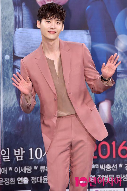 """Loạt ảnh điệu đà không ngờ của """"xạ thủ"""" Lee Jong Suk - 9"""