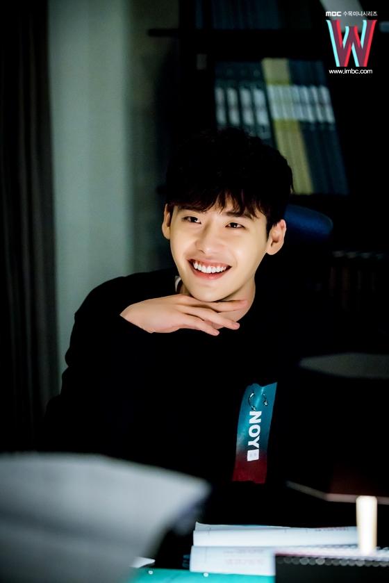 """Loạt ảnh điệu đà không ngờ của """"xạ thủ"""" Lee Jong Suk - 14"""
