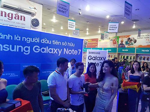 Sáng 19/8, ViettelStore đã trả 1500/5000 điện thoại Galaxy Note 7 được đặt trước - 1