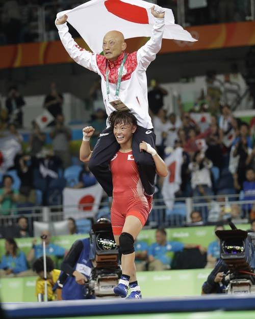 Lập kỳ tích Olympic, nữ đô vật Nhật Bản ăn mừng độc đáo - 1