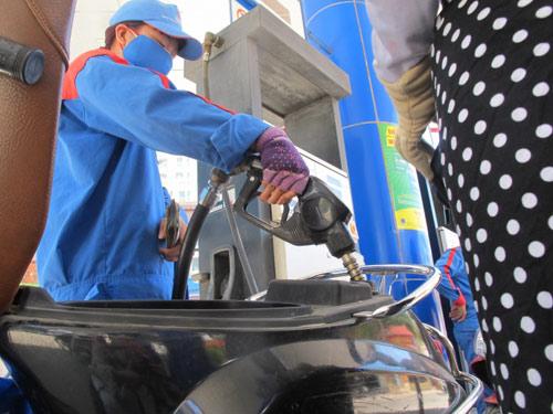 Giá xăng tăng mạnh trong ngày mưa bão - 1