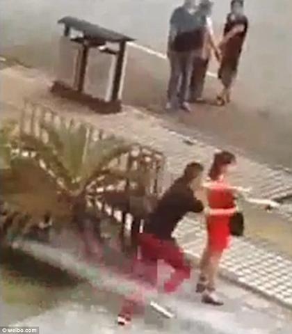 Video: Cảnh sát TQ tấn công cô gái đang chuẩn bị tự sát - 1