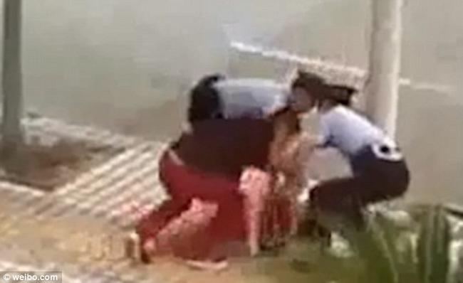 Video: Cảnh sát TQ tấn công cô gái đang chuẩn bị tự sát - 2