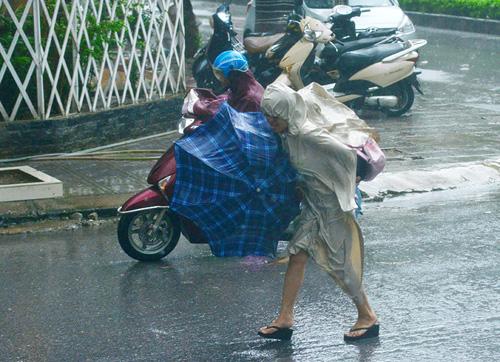 Mưa to gió lớn, phụ huynh bỏ xe, cõng con từ trường về nhà - 2