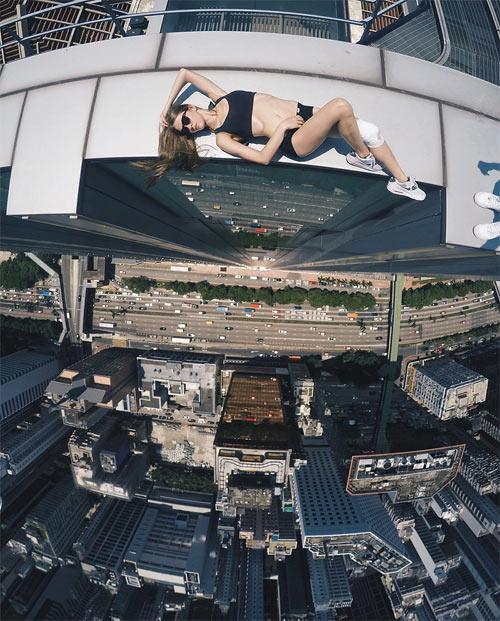 """Cô gái Nga nghiện """"tự sướng"""" trên nóc nhà chọc trời - 1"""