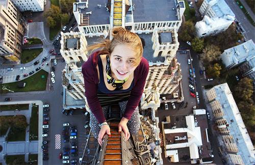 """Cô gái Nga nghiện """"tự sướng"""" trên nóc nhà chọc trời - 7"""