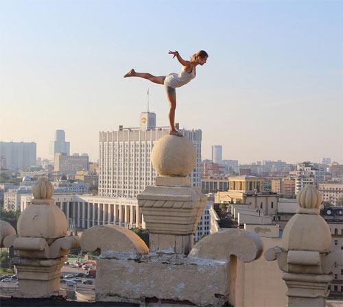 """Cô gái Nga nghiện """"tự sướng"""" trên nóc nhà chọc trời - 12"""